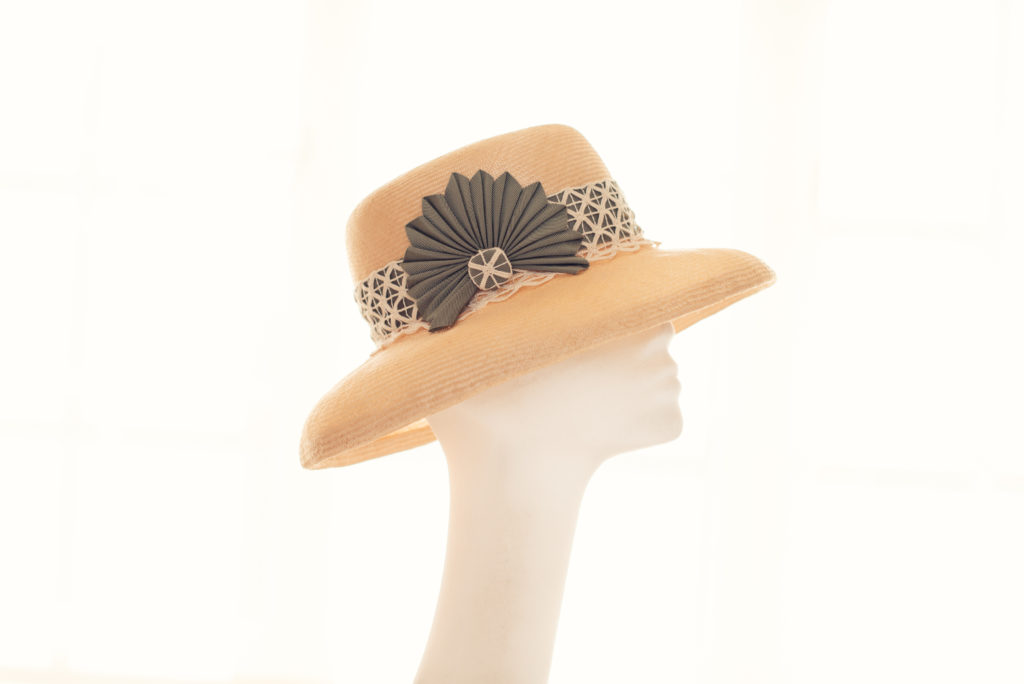 Natural paradisal straw hat with cockade detail